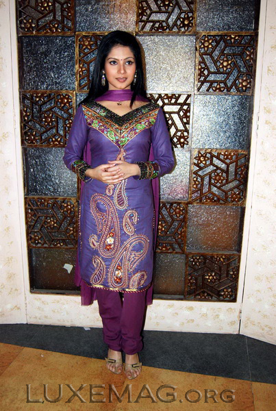 You are browsing images from the article: Indian salwar kameez - adding grace to feminism!